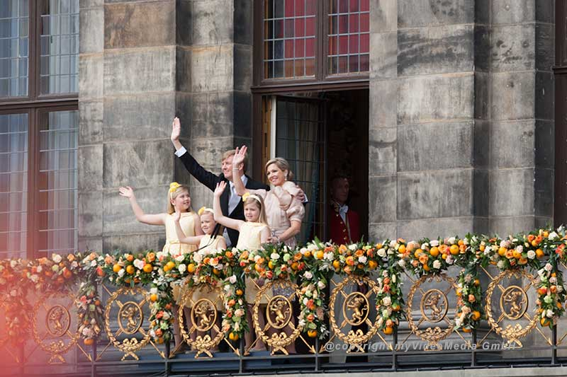 Willem-Alexander, Maxima and the princesses on the balcony