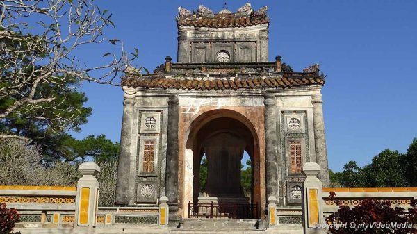 Stele vor kaiserlichem Grab von Tu Duc