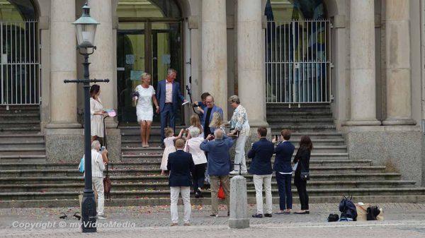 Frischvermählte vor dem Rathaus