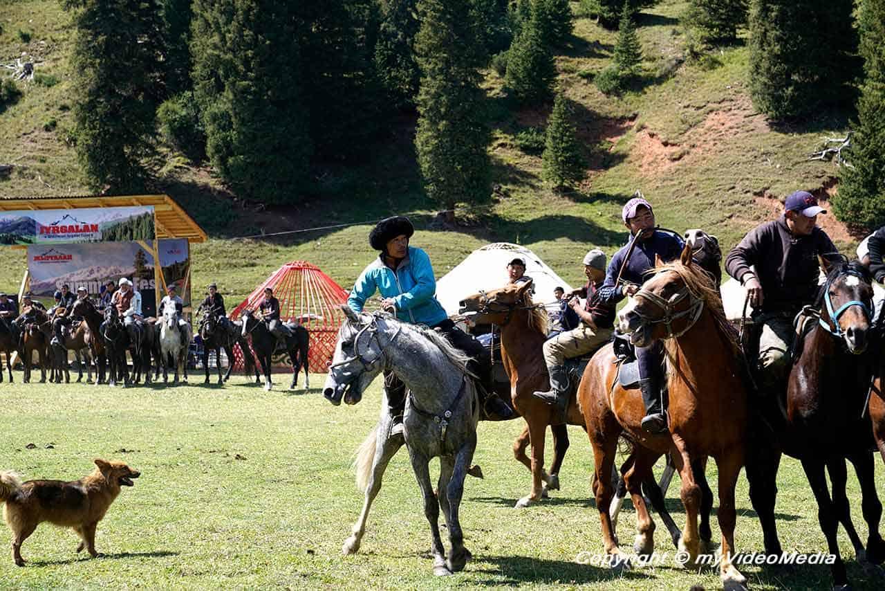 Pferde-Wettkämpfe beim Sommer Fest in Jyrgalan