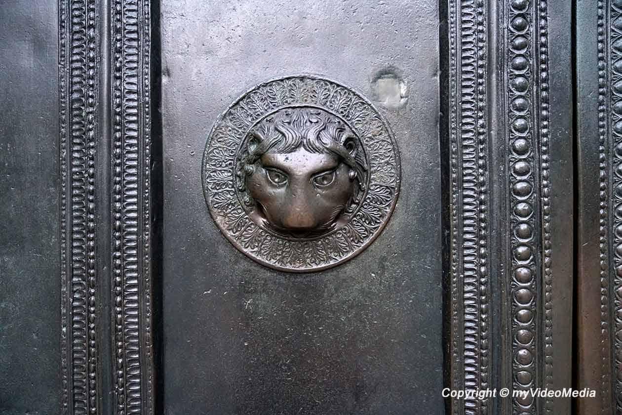 Löwenkopf an der Eingangstür